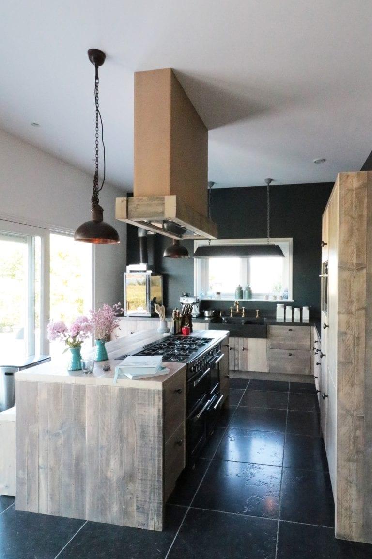 Landelijk Industriele Keuken met Frezoli lampen Soll Small Bruin Patina en Bizz mat zwart