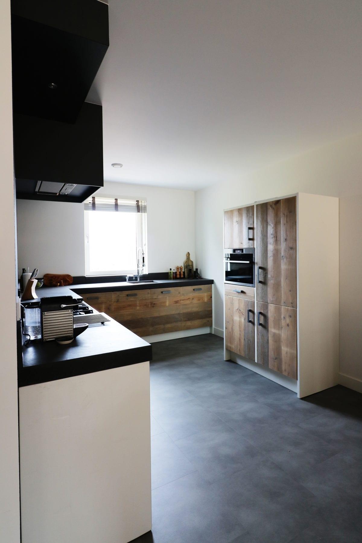 Zwart wit en hout | industriele keuken | Esgrado
