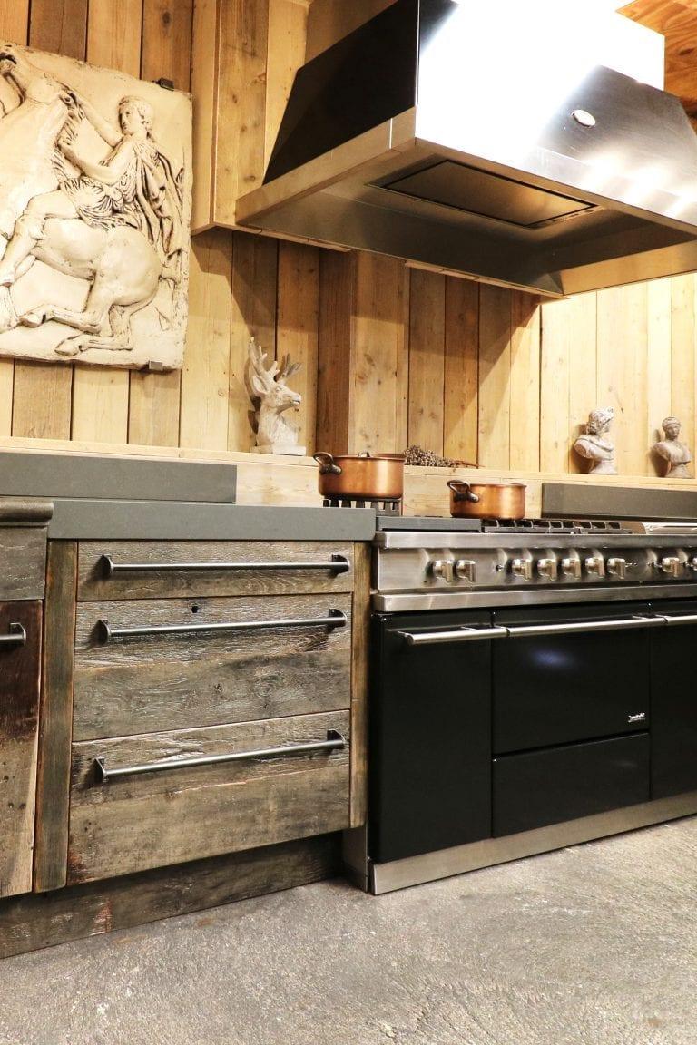 Keuken van oude eiken wagonbalken showroom | Esgrado
