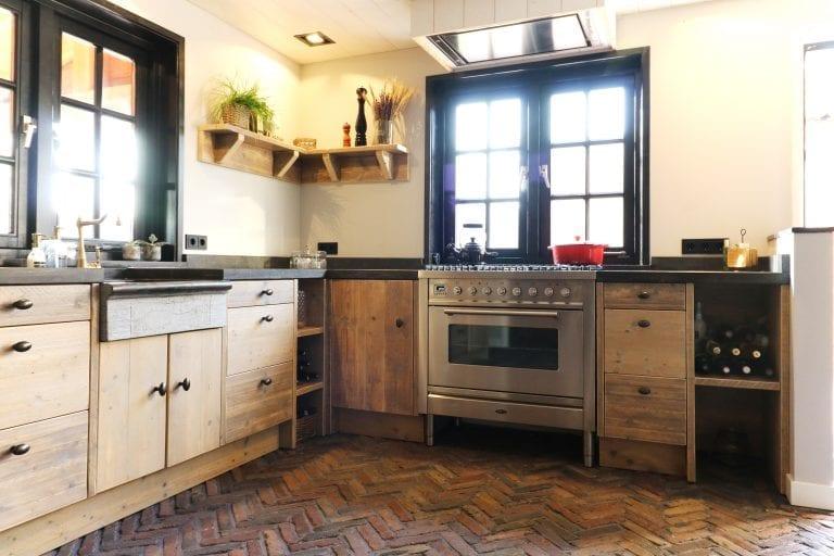 Sobere keuken landelijke stijl met bakstenen vloer | Esgrado