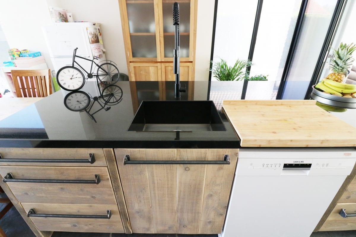 Steigerhouten keuken met granieten aanrecht | Esgrado